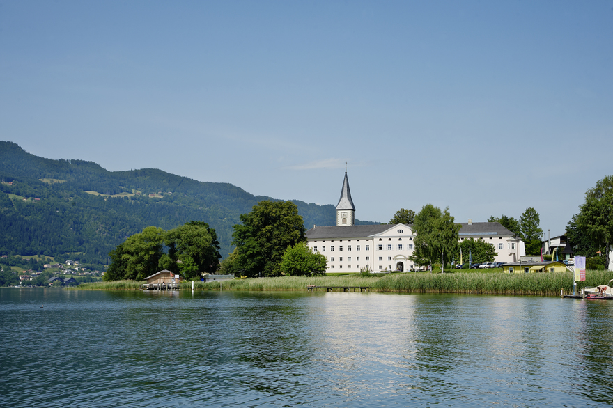 Stift Ossiach am Ossiacher See im Sommer
